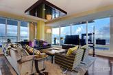 这是一套位于温哥华的顶楼公寓,目前售价21000000美元,约合1亿3千万人民币。最大卖点就在于其360度的开阔景观,可以一览温哥华港区的山海美景。内饰采用奢华设计,如此张扬的配色颇为符合煤老板们的趣味。
