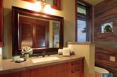 乍一看,你可能会认为这是一个诱人的旅游胜地。事实上,这是一间座落在夏威夷的巨大的海边住宅。一楼是完全开放的,有整洁的植被和露天泳池。房间的家具主要以实木家具为主,配上海洋风的家居用品,再加上不远处的一线海景,让人有种彻底放松的感觉,仿佛每天都在度假中。(实习编辑何丽晴)