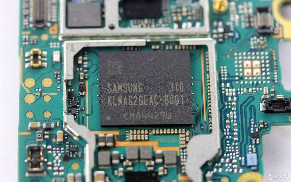 型号为pm8841的ic芯片特写图.