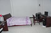 """会议室的""""值班室"""",""""值班室""""里面除了电脑桌椅外,还有一张双人床,床上还铺好了被子。"""