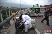 重庆高速多车相撞 押钞车被撞变形(1/6)_图1-8