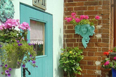 Shella居住在英国埃塞克斯郡的一个沿海的村落,她喜欢家居装饰,喜欢DIY时尚的风格,收集一些复古材料,用她收集的布料和手工缝制品装饰她的家园,她和三个漂亮的女儿一起居住,用一些比较花俏的布料,墙纸,以及一些手工装饰品,把她们的房间都布置得非常亮丽,可爱又有个性特色。(实习编辑李丹)