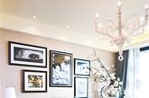 """植物    花式浪漫    淡色系的地毯和沙发,提升了室内的温暖明亮感,桃红色的单人沙发和湖蓝色的靠垫,给会客区注入一丝活力,而边桌、茶几和杂志收纳筐内的插花,让居室有了百花绽放的意境,迅速退却冬日的沉闷,迎来浪漫时尚与热情的春天。    打造方法:用米白色作为客厅主色调,通过沙发、抱枕和花艺的色彩运用,让""""湖蓝""""与""""桃红""""这两种极具冲击力的颜色同时出现,带来强大的视觉张力。玉兰花和牡丹花与靠包的花图案、桃红色沙发和地毯上的花纹一起组成了浪漫的气质。"""