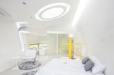 这些有着鲜亮黄色墙面的非对称度假住宅是由韩国的 Koossino 事务所为首尔城外的植物园所设计的。就像雕塑一样,这些住宅都有大致一样的外形。同样的亮黄色在室内重复运用,包括门、楼梯和家具,这是为了与灰色调的墙和其他装置形成对比。每栋住宅都有一个位于底层的厨房,联通着露台和游泳池。Koossino 事务所还设计了地下一层的地下室,用作设备房、接待、咖啡间和游泳池。(实习编辑李丹)