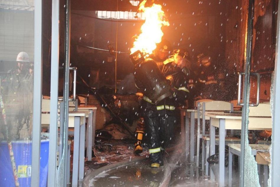 消防员抱喷火煤气罐狂奔 - 月  月 - 阳光月月(看新闻)