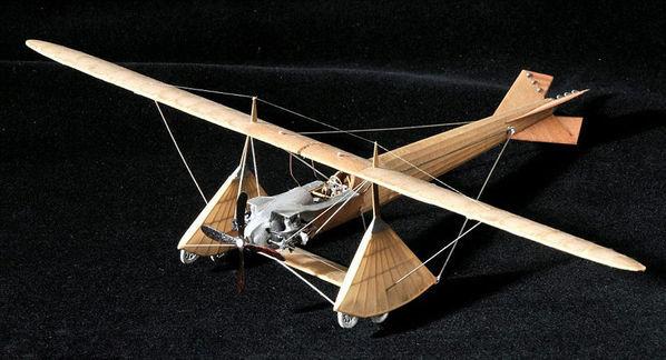 英男子50年手工打造350架飞机模型