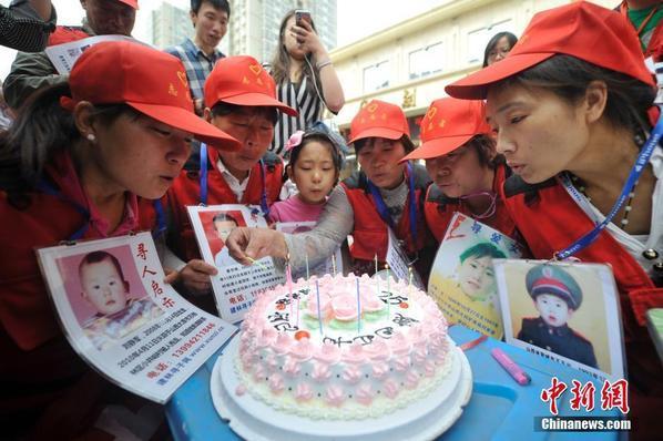 组图:国际失踪儿童日:丢失儿童家长给孩子庆生