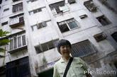 5月29日,离开鹿丹村几个月的巫老奶奶无时无刻不想念这里,这次在开拆前回来,她觉得很幸运,还可以再看看这里。当初谁也没想到,这样一个名流村,在建设之初便存在严重隐患。 林先生一家是1990年搬入小区的。他清晰记得,在他们没入住之前,鹿丹村即全部更换了水管。老业主们说,当时,每天一打开水龙头,放出来就是黄水。在小区业主没有全部入住之前,水管就已经锈迹斑斑,甚至有的漏水。
