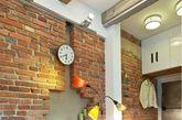如果你也喜欢砖墙的质感,但又觉得漆白文化石墙不够粗旷有型,不妨可以考虑这间来自捷克 Duoton 的 Loft 风单身男子公寓的砖墙设计!位于客厅沙发后方的砖墙别出心裁,让人一眼就能留下深刻印象,其实只要掌握以下四个重点,你的砖墙就是比别人的特别!首先,砖头尺寸、顏色不要太死板,多选用几种长度,深浅不一的砖头还能更耐脏。第二,砖墙不作满更有设计感,还能是家裡的小小展示空间。第叁,设定几块砖头立放,就是小盆栽的落脚处。最后,為了让你的细腻设计被客人看见,记得天花板要装上投射灯,砖墙的优点更被凸显出来!以上四点,喜欢 Loft 风的屋主们,记得笔记下来喔! (实习编辑:王臻)