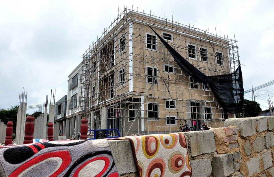 """楼房,也有只建了一半,工地围蔽不见施工的,问及这些""""烂尾别墅"""