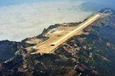 据《每日邮报》7月9日报道,近日,广西一座机场落成,建筑师将几座山的山顶夷为平地后建造了长1.4英里(约为2.2公里)的跑道。山顶机场让抵达此地的旅客感到惊讶和震撼。(实习编辑:辛莉惠)