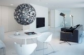 拿走沙发和电器配件,你将很难在公寓里找到一个不是白色物件。(实习编辑:石君兰)