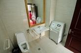 新建公厕里专门为残疾人设计的专用房间,并且都配备了超声波雾化除臭器。(实习编辑:温存)