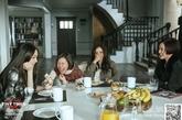 古典桌椅:女主们围在一起用餐的那套国际品牌桌椅,以优质橡木和复古铆钉作为设计元素,呈现出了别具一格的时尚古韵。白餐桌和黑餐垫的撞色搭配,更是打造出高冷典雅的家居风格。