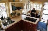 美国人的房屋尺寸平均在2600平方英尺(约242平方米),现在小房子的尺寸在100到400平方英尺左右(约9.3到37平方米)。大房子花的钱的确要多一些,大部分美国人有三分之一到二分之一的收入都贡献给了房子,这导致有百分之七十六的美国人成为了月光族。(实习编辑:温存)