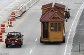 风滚草小房子公司(Tumbleweed Tiny House Company)是这种移动小房子的发起者,它教美国所有的工作坊制作小房子。加利福尼亚的索诺玛(Sonoma)公司也为人们提供小房子平面图,还为那些想要房子能移动的人们制作房子,并给他们送过去。(实习编辑:温存)