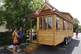 风滚草公司最新投入市场的小房子是柏树做的24号小房子模型,这个房子可以为4个成年人提供足够的空间,在阁楼上和楼下的卧室里,如果合理分配的话,四个成年人也许能睡得很舒服。(实习编辑:温存)