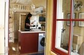 小房子有各种形状和尺寸,也比较坚固,没那么摇摇欲坠,因为人们希望小房子在宜居的同时也能时髦一些。小房子里面有厕所、淋浴设施和厨房。(实习编辑:温存)