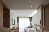 雅兰酒店是集旅游、休闲、商务会议于一体的综合型度假酒店。设计师通过简约、纯粹的空间营造置身自然之美的惬意,令客人得到放松、愉悦的难忘体验。