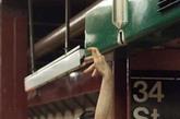 """美国著名搞笑团体Improv Everywhere因纽约地铁站炎热而萌生了在地铁站内""""安装""""桑拿浴室的想法。他们在地铁站内""""安装""""了一个桑拿浴室,一个按摩区。Improv Everywhere的""""行为艺术""""逗乐了一些乘客,他们毫不犹豫地脱下衬衫,在腰间围上一条白毛巾,加入其中。"""