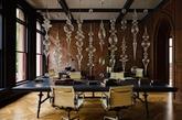 如果您是在家工作,因此需要一个家庭办公室,或是想要创造一个带有书桌的哥特式风格图书馆,可以尝试将维多利亚时代、工业时代的特点和朋克风结合起来,或者选择现代哥特式风格,这样您的家庭办公室将会更具有戏剧性!黑色的墙壁,,精致的配件,古董油画、复古书架和书桌……多么富有黑色浪漫。如果您有条件,也可以将您的窗户改做成铺满七彩马赛克的,当阳光透过窗户的时候,风景将会是多么的奇妙。(实习编辑:温存)