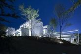日本UID 建筑事务所的住宅设计,该项目将焦点放在这所山间住宅与周围自然环境的互动上,住宅摒弃由墙面和屋顶打造的传统室内空间,创新性地采用了阻隔日月之光的云朵状屏风结构。(实习编辑:温存)
