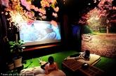 顾客在四季主题风私人影院看电影。(实习编辑:温存)