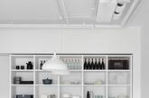 台湾工作室Tai & Architectural Design 受一对租客委托,为其公寓进行室内翻新设计。因为房屋是租用的性质,因此设计上要求尽可能简约,方便在租约到期后将房间还原。房间以白色为主调,墙壁、家具、裸露的管道和电缆都涂以白色漆料,让空间和细部的轮廓界限变得模糊,从而使整个空间显得更简约通透。(实习编辑:温存)