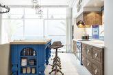 对于浪漫的乡村风爱不释手吗?选择充满乡村风的图腾地毯,搭配两款有着不同色系却风格相似的抱枕,作为打造空间风格最主要的配件。而客厅使用异国风浓厚的黑色锻铁灯泡吊灯,增添复古乡村风情。最重要是土耳其蓝做为贯穿空间整体的主要色系,从餐桌、厨房、房门到地板。乡村风格的小碎花地板同样出色。(实习编辑:石君兰)
