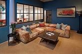 这套公寓的空间并不大,但是给人很温馨的感觉,原木色的地板看上去清新、时尚,整体装修很有情调很另类。