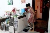 回到家里董莎莎正在换鞋。