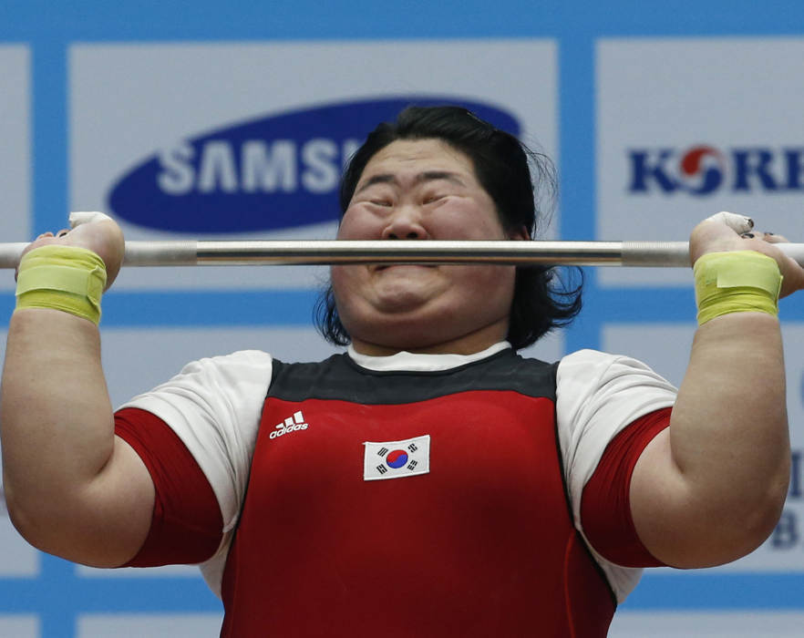 仁川亚运举重运动员的表情特写
