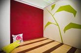 在家居搭配中,撞色也是常用元素。在墙面上,总能激发出更大的想象空间。大面积铺陈对比色,便能尽情享受色彩带来的激情。在多彩饱和的色彩感染下,呈现出多变个性的家居空间。(实习编辑:辛莉惠)