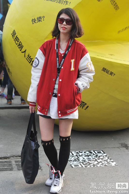 4的时尚潮流.棒球运动衫搭配超短裙,过膝袜的呼应瞬间减龄,潮