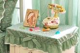 精致饰物。大面积铺设印花元素固然浪漫,而碎花小饰品更显生活气息。无论是收纳盒、沙发套,还是杯垫,精致的印花饰物都能够让每一个角落都充满美感。