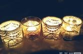 创意灯罩。灯光是营造家居气氛的魔术师,也是室内最具魅力的调情师。将废旧衣物上的蕾丝收集起来,在透明的灯具上拼出新花纹,便能够拥有独一无二的唯美灯罩。在灯光摇曳下,打开轻柔的音乐,徜徉其中,将会是一种极美的享受。