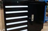 简约立柜。精巧的流线造型与简约的黑白条纹搭配,显示出立柜别具一格的设计感。在优雅的外观下,强大的收纳能力也是立柜的优点。
