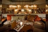 """这是由法国atelier du pont工作室完成名为Très Honoré的法国巴黎的一家餐厅。而设计理念便是以""""蜕变"""",所以你能见到一些50年代的北欧气息和新艺术形式的结合,大厅的漂亮的玻璃屏风,而室内风格似乎让顾客置身于一个奇幻般的花园,有木屋,田园风光,也有一墙角落的落叶。(实习编辑:江冬妮)"""