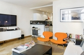 客厅里头一组不成套的沙发抓住了视线焦点,在规律的色调中制造一点惊喜,喜欢搭配家具的屋主可以大胆玩玩看!