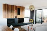 在具有挑战性的150平方米的空间当中,设计师们设计完成了一个包括Altereco工作室的舒适的家。
