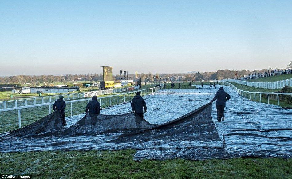 赛马场的工作人员为即将到来的比赛做准备.-英国的冬天来了