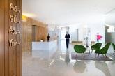 位于葡萄牙Alto Minho地区的Hotel Minho酒店,由Virgula I事务所设计,采用产自伊比利亚半岛东北部的板栗木作为建筑的主要材料,打造出一个自然开放的度假空间。建筑由排列不同的盒子结构组成,构成商务区、温泉室等不同职能的空间。室内以温和的色调和光线为主,为不同空间和楼层创造出强烈的连续性。地面和部分墙壁采用白色卡拉拉大理岩,柜台、吊灯等细部也采用白色涂料,与木材的温暖色调形成反差与调和,强调出整体舒适放松的氛围。空间隔断与开放共存,隐私的部分可以观览精心规划的景观视野,在充分利用了地形优势的户外休息区,可以尽情一览周围的地貌景观。(实习编辑:刘宁馨)