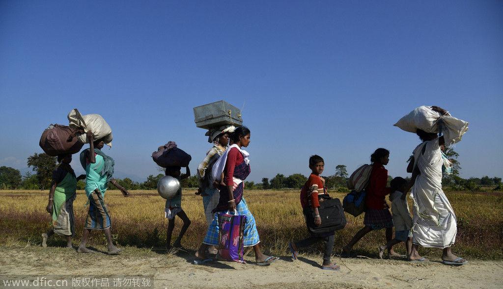 邦索尼特普县,部落村民拖家带口,背着行李离开家园,向安全地带