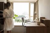 位于台湾车水马路的忠孝东路,文仪设计将有着五十年历史的老屋改造成了一间充满日式简约风的阳光公寓。设计师极其珍惜大片阳光洒下来的惬意与暖意,客厅区、书桌区、卧室都安排了宽阔舒适的飘窗或阳台;融合屋主热爱无印良品对生活及家一贯简单的生活精神和态度,空间的装潢也被拉到最低,尽可能营建简单的生活美。(实习编辑:刘宁馨)