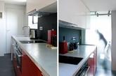 设计师在空间的一侧建造了一个小平台,将厨房与浴室安置其上,而平台下的空间就刚好可以用作收纳,住户可以将睡床在白天完全嵌入其中隐藏起来,也可以留出一部分变成沙发。除此外,这里也还有一个小吧台、工作台,以及充足的木质收纳柜。(实习编辑:刘宁馨)