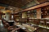 """烧肉达人:饭店占地面积350平方米,设计理念是""""当代老上海风格""""。用再生木材碎片重新用来装饰红砖,呈现出色彩斑驳的墙,加上木炭,展示烧肉形象和特性。设计师按照原建筑墙体结构,把餐厅分为两种不同的空间类型,一个是在法国租界区思南公馆老西部风格的百叶窗,另一边是石库门的中国红砖墙,集成了简单性和复杂性,传统和现代。(实习编辑:陈尚琪)"""