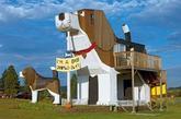 """美国 爱达荷州犬吠公园酒店   这一酒店的设计风格为动物主题,也是世界上最大的犬吠公园酒店。房间拥有古怪的床,早上还提供早餐。在小猎犬的""""腹部""""则别有洞天:一座阁楼房间,一些提供睡觉的空间以及所有酒店的正常功能。小猎犬名叫甜蜜的威力,另一只位于它旁边的小猎犬则叫小托比。""""(实习编辑:周芝)"""