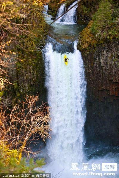皮划艇勇士上演惊险瞬间 100英尺高瀑布俯冲而下