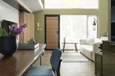 开放式格局搭配挑高跃层规划,并放大公共空间走道区域,有效降低了跃层常出现楼高不够过于压迫问题。大家在楼梯墙面设计出造型钢梯,创造通往三楼视觉假想,同时还可放置小物品,一举两得。自然材质最能够让空间产生放松效果,因此透过白色搭配绿色油漆与实木地板,便形成温馨森林小屋。(实习编辑:陈尚琪)