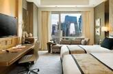 北京嘉里大酒店 酒店设计简洁时尚,氛围高雅活泼,深受新锐人士喜爱使之成为北京名副其实的时尚地标。炫酷酒廊更是城中最有名气与人气的社交地标。极富创意的艺术作品和抽象装饰画为大堂增添了浓郁的现代艺术气息,从踏入酒店的这一刻开始,全新的奢华体验之旅随即展开。 酒店专为孩子们打造的小小世界——儿童探险乐园!(实习编辑:周芝)